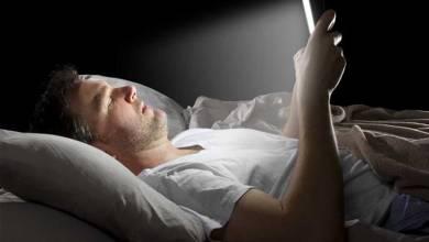 Photo of استخدام الموبايل في الظلام يسبب «جلطة العين»
