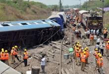 Photo of إصابة 12 شخصًا جراء تصادم قطارين في الهند
