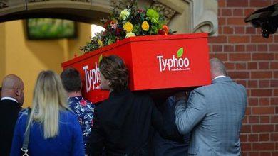 Photo of جنازة في تابوت على شكل صندوق شاي لامرأة كانت تتناول 40 كوبًا في اليوم
