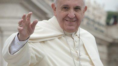 Photo of البابا فرانسيس يعتذر لسيدة أمسكت يده بقوة