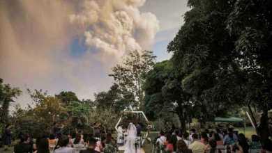 Photo of زفاف على وقع دخان بركان في الفلبين