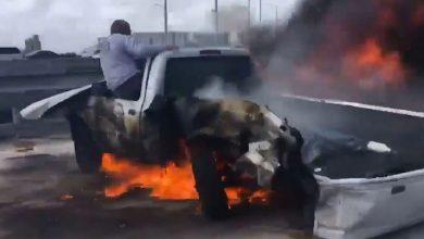 Photo of بالفيديو.. ينقذ ضحية من سيارة محترقة فيما اكتفي 20 شخصًا بتصويره