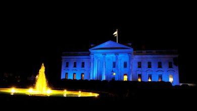 Photo of لماذا تمت إضاءة مبنى البيت الأبيض باللون الأزرق؟