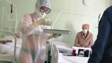 Photo of غرائب الممرضات الروسيات.. ممرضة تعالج مرضى كورونا بالبكيني