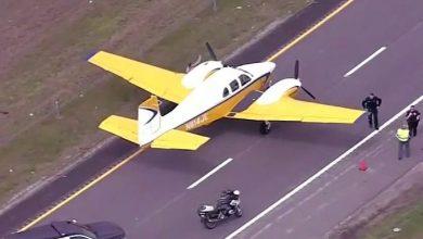 Photo of هبوط اضطراري لطائرة على طريق سريع في ميسوري (فيديو)