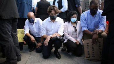 """Photo of """"جاستن ترودو"""" يجثو على ركبته خلال مظاهرات منددة بمقتل """"فلويد"""""""