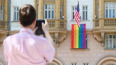 """Photo of """"بوتين"""" يسخر من رفع علم المثليين على السفارة الأمريكية في روسيا"""