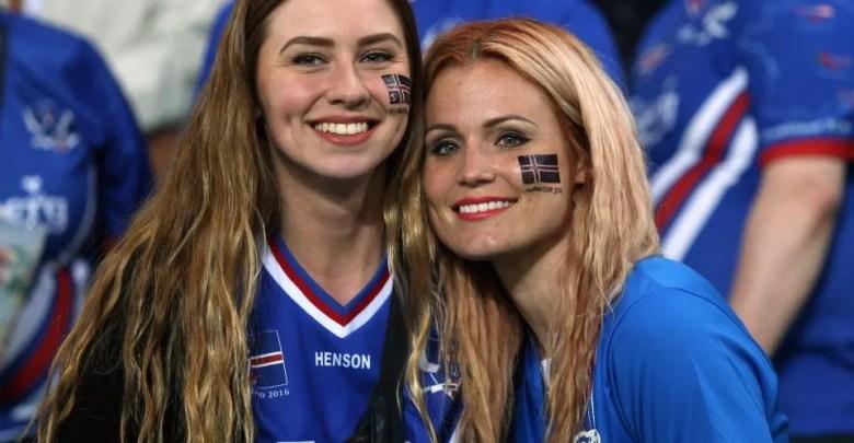 الهجرة الى ايسلندا ربما لم تكن مطروحة من قبل، لكن الآن وبعد بطولة يورو 2016 في فرنسا، تعرف الكثيريون على ايسلندا المنتخب ومنه أراد الكثيرون التعرف على ايسلندا البلد، خصوصا بعد انتشار خبر أو شائعة على مواقع التواصل الإجتماعي، تقول أن حكومة ايسلندا تعرض مبلغ 5000 دولار على كل شخص يتزوج مواطنة ايسلندية، ثم العمل في هذا البلد والحصول على جنسيته كذلك، ونؤكد من خلال موقع يا مسافر أن هذا الخبر كاذب ولا أساس له من الصحة تماما. في هذه المقالة نحن لن نغلق الأبواب في أوجهكم، بل سنطرح عليكم كل ما يخص الهجرة الى ايسلندا، ومميزات هذا البلد الرائع وظروف العيش فيه، كما سوف نبين لكم كل مايجعل هذا البلد وجهة مميزة وإن كنت لم تفكر في الهجرة الى ايسلندا يوما، سنجعلك الآن تفكر بذلك حقا بل وتثابر للوصول اليها. + معلومات سريعة عن ايسلندا + جمهورية ايسلندا هي دولة جزرية أوروبية في شمال المحيط الأطلسي منعزلة سياسيا وجغرافيا، يبلغ تعداد سكانها حوالي 500000 نسمة ومساحتها الكلية 103000 كم2، عاصمتها هي ريكيافيك وهي أكبر مدن الجمهورية، أما عملتها فهي الكرونا ولغتها هي الايسلندية. يعتبر الشعب الايسلندي شعبا راقيا ومتحضرا بشكل كبير جدا، كما أن نسبة التعليم في هذا البلد كاملة وشاملة وتبلغ 100/100، ويمكن القول أيضا أن نسبة البطالة تقريبا منعدمة. كما يعتبر الشعب الايسلندي شعبا فريدا من نوعه، فهم عرق واحد وكلهم أصلهم قبيلة واحدة، ويعيشون منذ مئات السنين منعزلين عن باقي الأعراق والأجناس دون اختلاط بينهم، ما أبقى جنسهم نقيا صافيا. + طريقة الهجرة الى ايسلندا + الآن سوف يتساءل الجميع عن طريقة الهجرة الى ايسلندا ، خصوصا أن الكثيرين ربما يعتقدون أننا أقفلنا الباب في وجوههم بإنكار الخبر أو الإشاعة المنتشرة، لكن طبعا ايسلندا مثل كل دول العالم يمكنك السفر اليها سواء بغرض السياحة والعمل. أولا الطريقة المضمونة التي تمكنك من الحصول على فيزا ايسلندا بسهولة، هي الحصول على عقد عمل من صاحب الوظيفة، ليتوجه به رفقة شهاداته والوثائق المطلوبة كذلك، الى سفارة ايسلندا في بلده أو بلد مجاور إن لم تتوفر، وسوف يتم هناك اتمام العملية ومدك بكل المعلومات والحصول على تأشيرة الدخول بعد ذلك. الطريقة الثانية التي ربما سوف تكون أسهل لسكان شمال إفريقيا خاصة، الحصول على فيزا شنغن والتي تستطيع من خلالها الدخول الى ايسلندا، لكن تأكد تماما