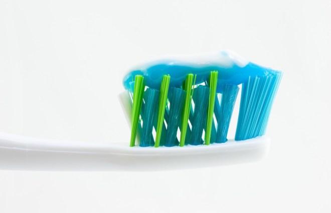 احرص على تنظيف أسنانك مرتين يوميا