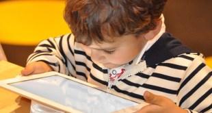 مقال - لماذا يجب إبعاد الأطفال عن الشاشات التي تعمل باللمس ؟