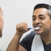 مقال - أخطاء نرتكبها لدى تنظيف أسناننا بالفرشاة