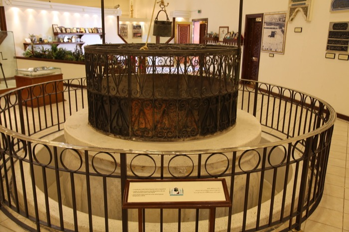 رقبة بئر زمزم بالطوق والغطاء، بالإضافة إلى بكرة لرفع الماء تعود لأواخر القرن الرابع عشر، كما يوجد دلو من النحاس مؤرخ عام 1299 هـ (1882)، كان موجوداً في بئر زمزم.