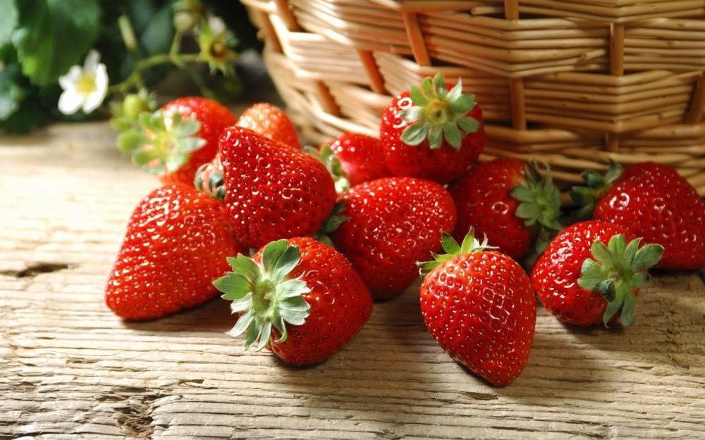 مقال - الفراولة .. فاكهة حساسة غنية بفوائد جمة !!