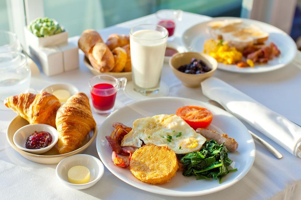 مقال - 5 أسباب ستجعلك تواظب على وجبة الإفطار يومياً