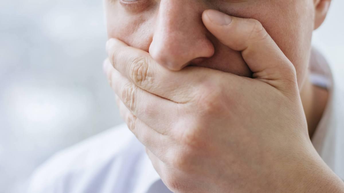 مقال - 8 أسباب  وراء رائحة الفم الكريهة