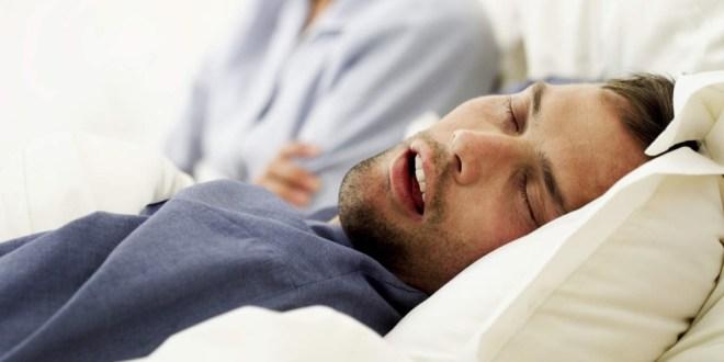 """مقال - ماذا يعني وجود """"لعاب"""" على وسادتك عند استيقاظك من النوم؟"""