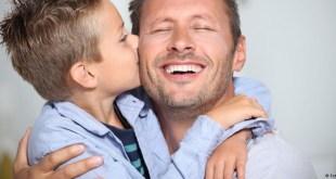 مقال - لإحتضان الوالدين للأطفال فوائد لا تحصى...