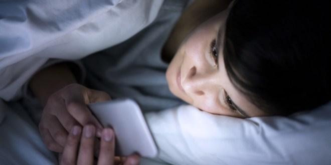مقال - ماذا يحدث لك عندما تتصفح هاتفك قبل النوم؟