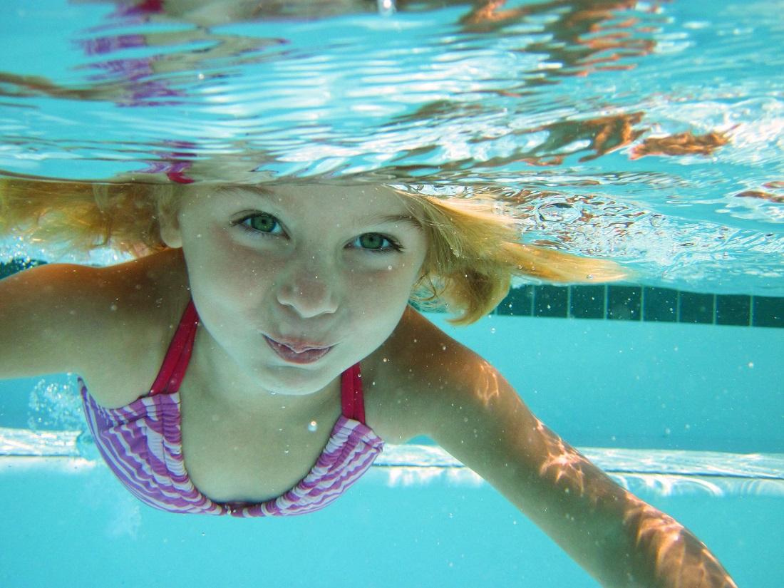 مقال – ما أسباب حرقة العين بعد السباحة؟