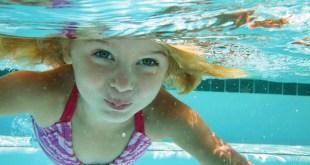 مقال - ما أسباب حرقة العين بعد السباحة؟