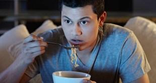 مقال – 9 أضرار لتناول الطعام في ساعات متأخرة