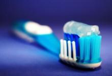 صورة كيف يمكن الاحتفاظ بفرشاة الأسنان في الحمام بشكل صحيح؟