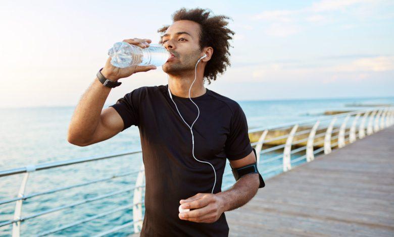 شرب الماء على الريق يحميك من حصى الكلى.. وسبع فوائد أخرى