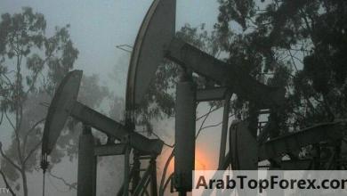 صورة النفط قرب ذروة 5 أشهر بفضل خفض الإنتاج الأميركي