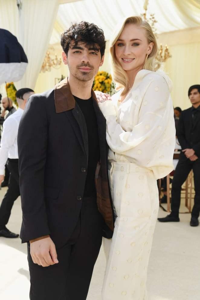جو جوناس وزوجته صوفي تورنر