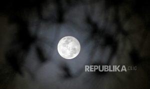 Fenomena Blue Moon terlihat dari Malino, Kabupaten Gowa, Sulawesi Selatan, Sabtu (31/10/2020). Fenomena Blue Moon merupakan bulan purnama kedua yang terjadi dalam satu bulan kalender dan yang pertama terjadi pada 2 Oktober 2020.