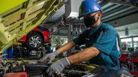 Perawatan berkala kendaraan secara teratur mengurangi risiko menurunnya performa kendaraan saat digunakan. Tampak salah satu kegiatan di bengkel resmi Suzuki
