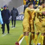 Pelatih AS Roma Jose Mourinho menyaksikan para pemain Bodo Glimt merayakan selama pertandingan sepak bola Liga Konferensi Eropa antara Bodo Glimt dan Roma di Stadion Aspmyra di Bodo, Norwegia, Kamis, 21 Oktober 2021.