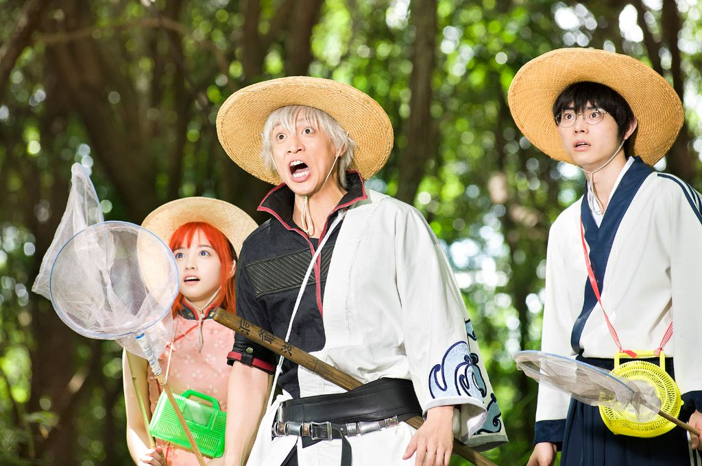 """Gintama"" Live-Action Film Reveals Yorozuya Members Having Fun in Behind-the-Scenes Clip"