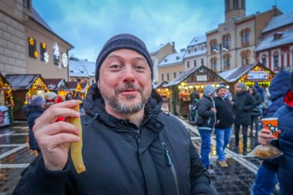 Daniel tries a new street food at the Brașov Christmas Market: fresh pig skin!