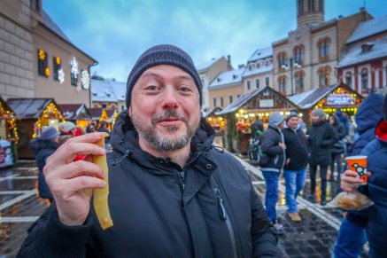 Daniel tries a new street food at the Brașov Christmas Market: fresh pig skin!