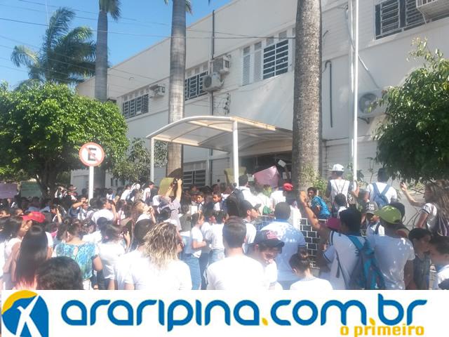 Alunos protestam pela falta de transporte público escolar