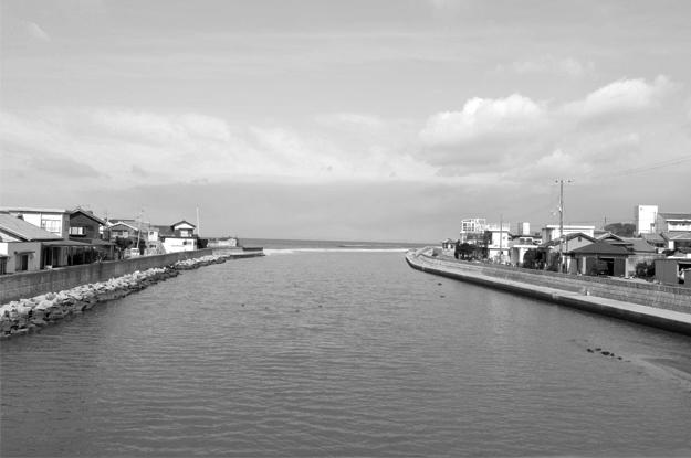 淡路島の町を散歩中、何やら不穏な気配を感じたので振り返ってみると!!