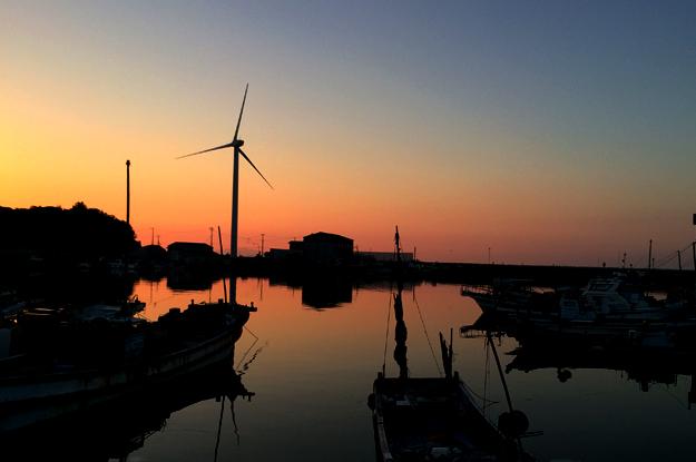 淡路島の漁港を歩く。10人と行き交えば8人と「こんにちは」と言葉を交わす町。