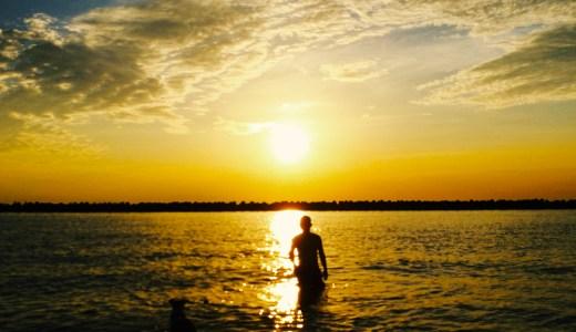 ランニング後のクールダウンは夕焼けを見ながら、海で愛犬と泳ぐ。