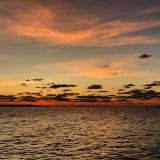 11月の淡路島の夕焼け。小さな漁船が漁を終えて帰る。
