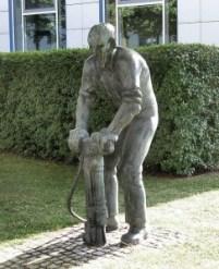 """""""Arbeiter mit Presslufthammer"""" von Karlheinz Biederbick, 1972."""