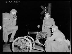 Nationalgardisten mit Maschinengewehren bewachen die Chevrolet-Fabriken während des legendären Sitzstreiks in Flint, Michigan 1936-37.