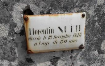 la plaque émaillée d'une tombe ancienne à la pierre usée par le temps à Terves (79)