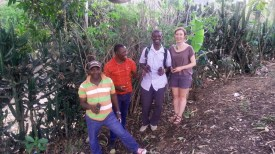 De droite à Gauche : Chloé, Edex et Hébert posent avec de jeunes chokogous à planter.