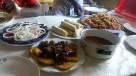 Repas avec les traditionnels beignets de bananes plantain, le riz sauce pois et du cabri !