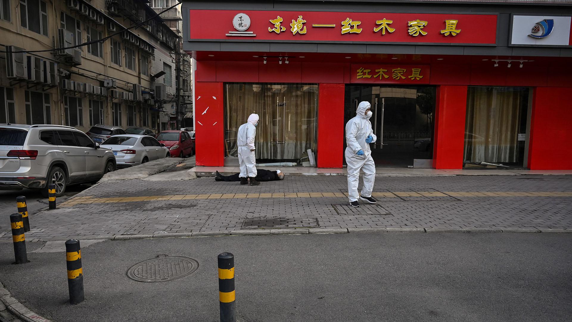 Los periodistas de la agencia citada vieron el cuerpo en el piso instantes antes de que llegara un vehículo de emergencia con policías y personal médico vestidos con trajes de protección (Héctor RETAMAL / AFP)