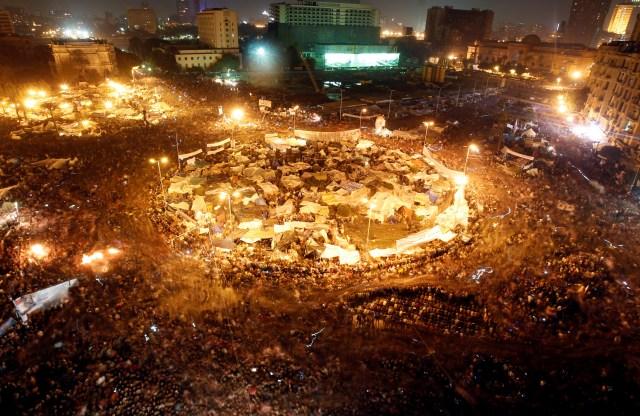 Manifestantes antigubernamentales celebran en la plaza Tahrir tras el anuncio de la dimisión del presidente egipcio Hosni Mubarak en El Cairo, Egipto, el 11 de febrero de 2011 (REUTERS/Am Sr. Abdallah Dalsh)