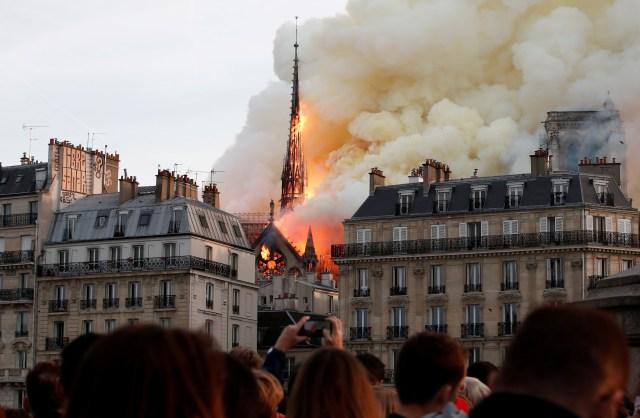 El fuego envuelve la aguja de la Catedral de Notre Dame en París, Francia, el 15 de abril de 2019 (REUTERS/Benoit Tessier)