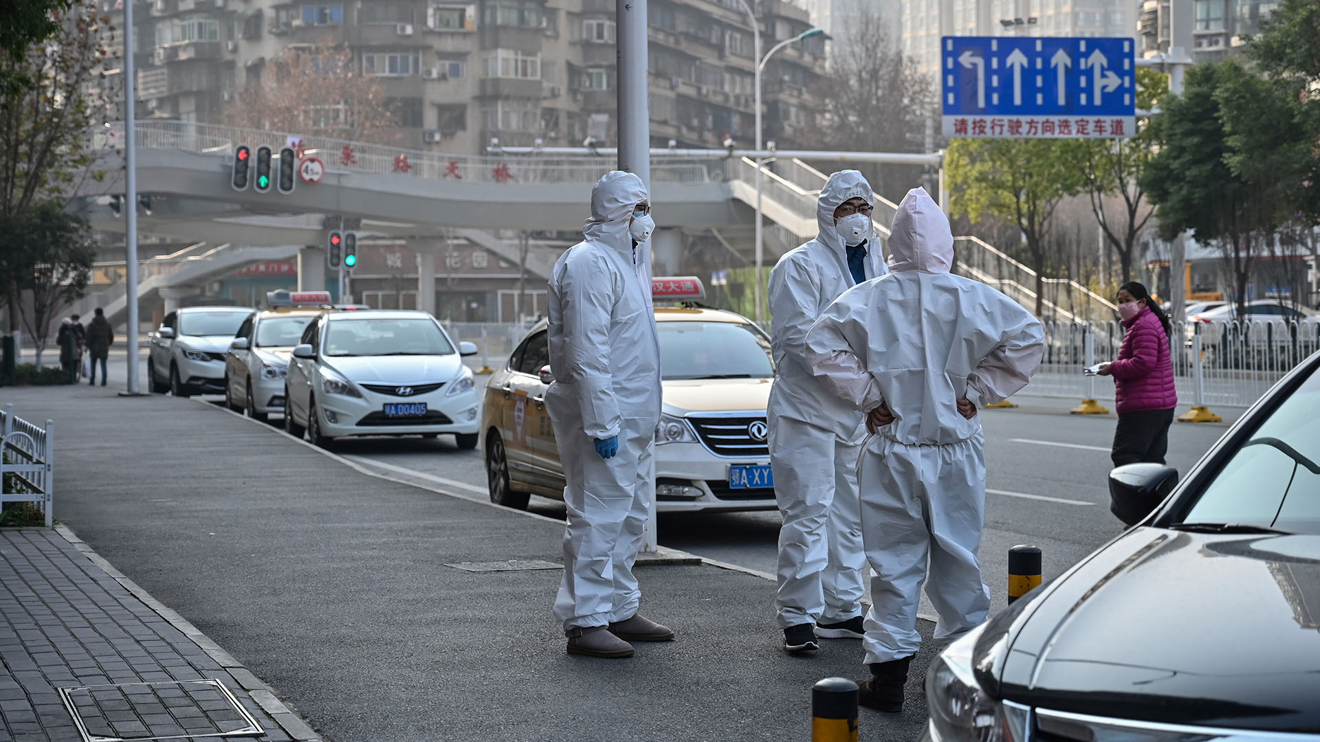 Tres personas con trajes llegaron al lugar (Héctor RETAMAL / AFP)
