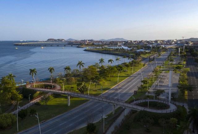 Una autopista vacía en la ciudad de Panamá.